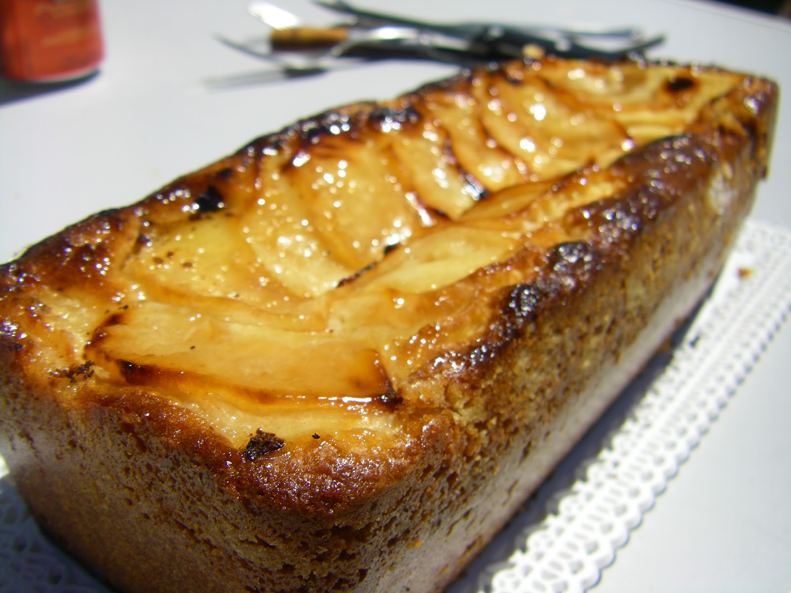 Bizcocho jugoso de manzana sin gluten.