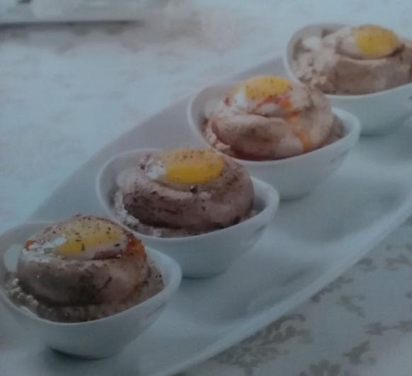 Huevos de codorniz en champiñón.