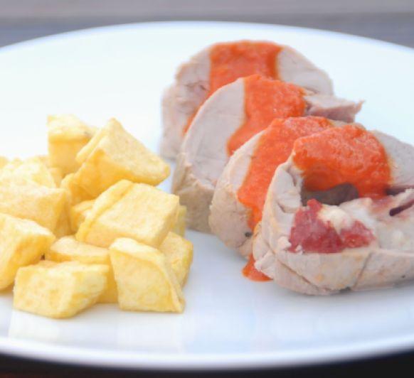 Solomillo de cerdo relleno, con salsa de pimientos del piquillo