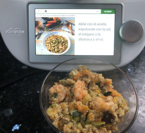 Quinoa con verduritas al vapor y langostinos