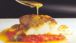 Bacalao con tomate y patatas panaderas.